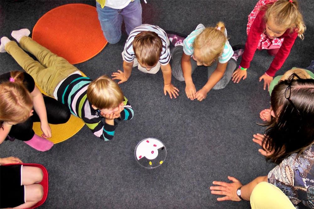 Jugar y aprender: el papel de la educadora infantil